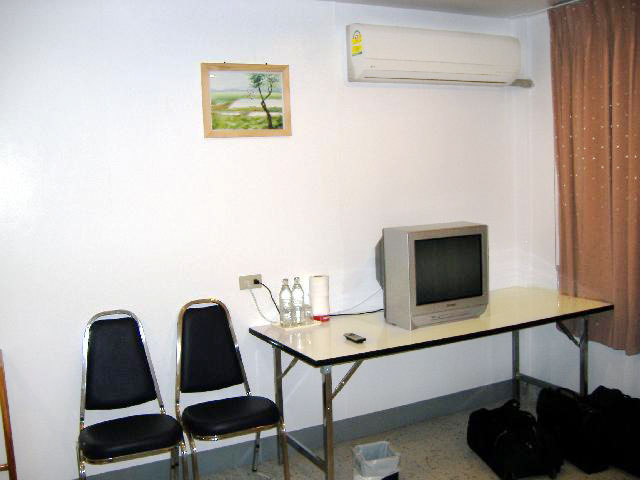 Satellite TV, Air Conditioning, a desk in the deluxe rooms